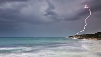 На пляже Флориды восемь туристов пострадали от удара молнии