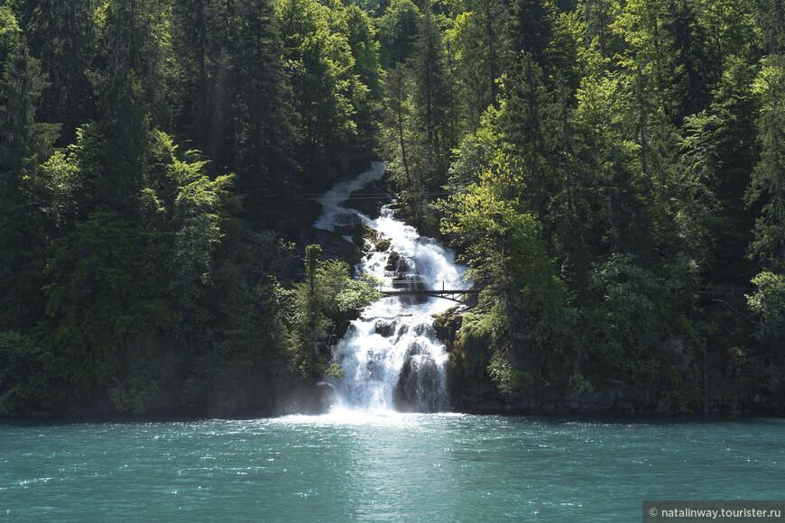 В озеро Бриенц впадает водопад Гиссбах (Giessbach Falls)