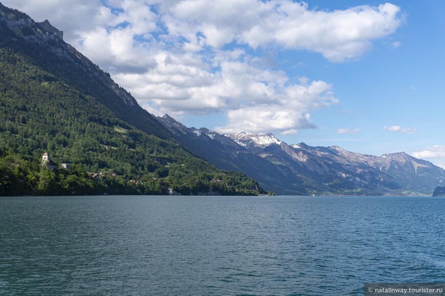 С севера  над озером и деревней Бриенц возвышается крутой горный хребет Бриенцерграт. Высота  его вершины - Ротхорн достигает 2351 м.