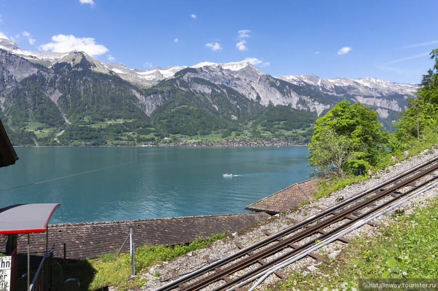 По рельсам от озера поднимает нас вверх самый старый ,открытый в 1879 году, фуникулер  «Гисбах».