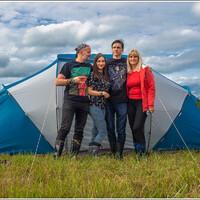 Семья поставила палатку.