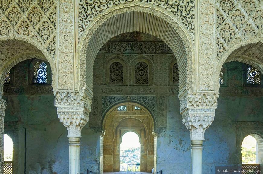 Дворец Хенералифе. Арка над входом.