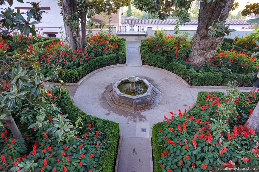 В садах манят прохладой  гроты,  фонтаны шепчут о любви. Беседки,  что  плющом увиты хранят секреты старины.