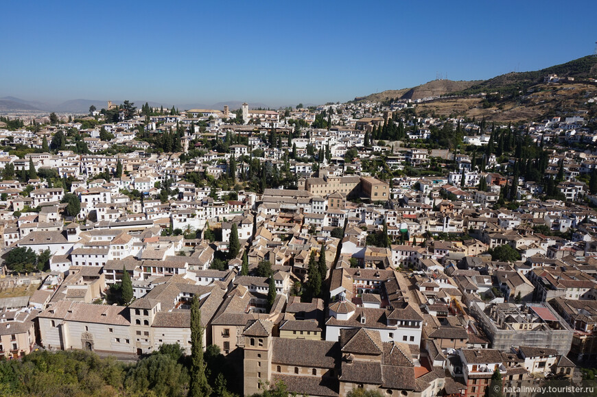 С крепости открывается прекрасный вид на лежащую внизу Гранаду