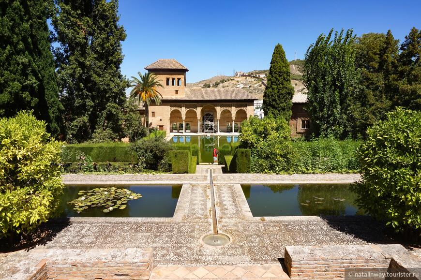 """Альгамбру называли """"красивейшим строением в мире"""". Сейчас ежегодно Альгамбру посещает более трех миллионов туристов. И это, бесспорно, красивейшее место Испании."""