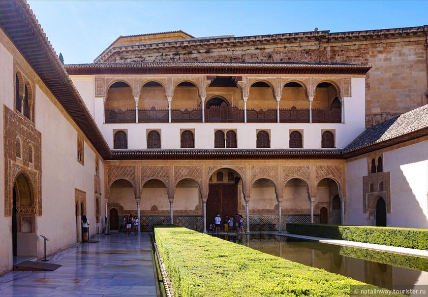 Парадной резиденцией в Альгамбре был дворец Комарес, а его центром - знаменитый Миртовый дворик.