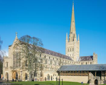 Собор в Англии установил у алтаря аттракцион для привлечения туристов
