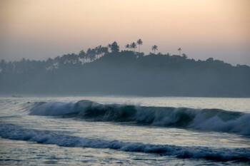 У берегов Шри-Ланки военные моряки спасли двух российских туристов