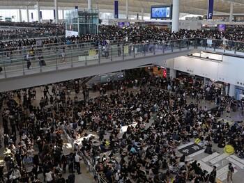 В аэропорту Гонконга вновь изменили расписание рейсов из-за протестов