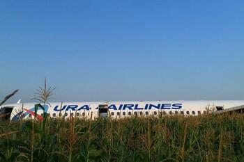 Самолёт «Уральских авиалиний» аварийно приземлился в поле под Москвой
