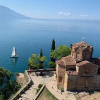 Открыточный вид на церковь Святого Иоанна и озеро Охрид