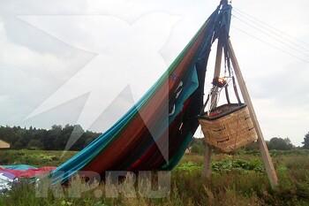 Воздушный шар с туристами повис на столбах в Подмосковье