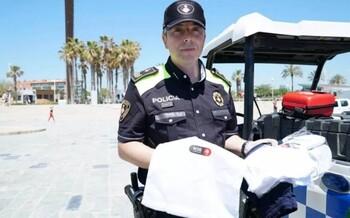 На пляжах Барселоны полиция выдает обворованным туристам специальные наборы
