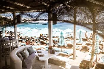 Британский турист в Греции получил счёт на 3200 долларов за стейк и шампанское