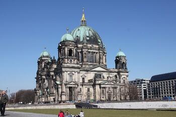 Туристам в Берлине предлагают бесплатную экскурсию в обмен на уборку мусора