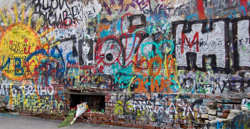 Стена Виктора Цоя на Арбате в Москве