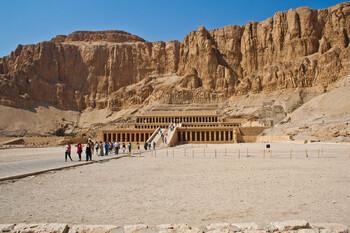 В музее Луксора туристам показали уникальный саркофаг египетской царицы