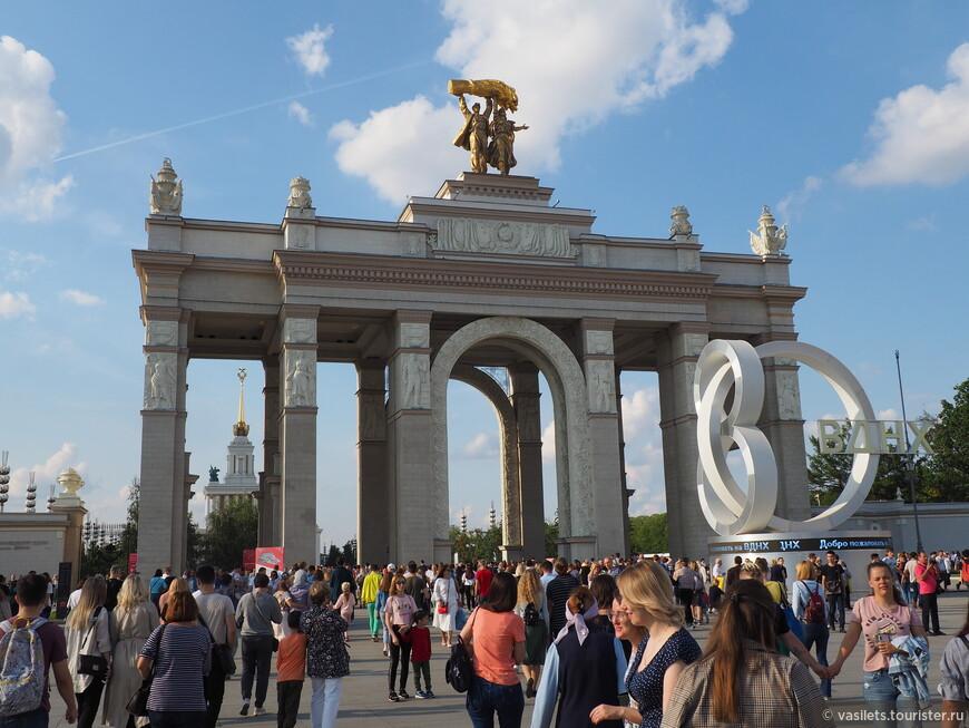 Входная арка на ВДНХ построена в 1954 году, по аналогии с Брандербургскими воротами, как символ победы СССР во Второй мировой войне Высота композиции, включая скульптурную группу «Тракторист и колхозница» -32 метра.