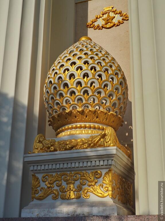 Сегодня украшения Главного павильона сияют свежей позолотой