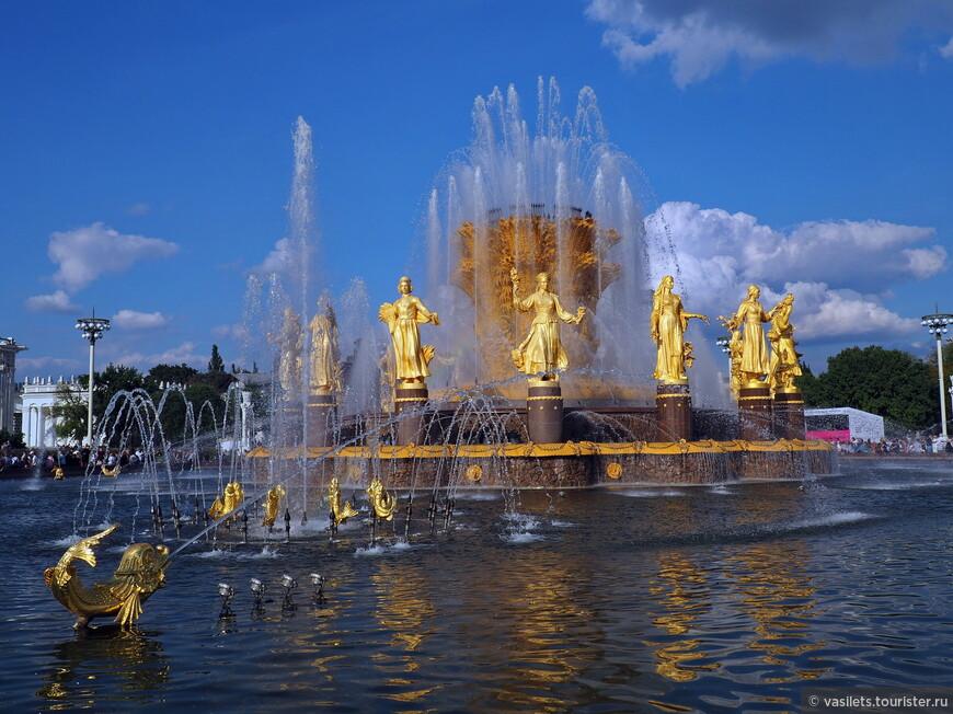 Самый зрелищный и восхитительный фонтан выставки - Дружба народов - 16 девушек, символизирующих республики СССР. Союз распался, республики едва не воюют, а фонтан остался и до сей поры сияет золотом. Во время последней реставрации потрачено 6 кг сусального золота