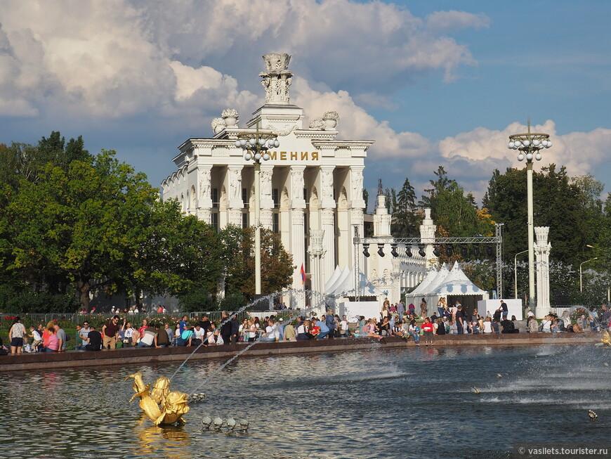 По периметру фонтана стоят павильоны - один из них Армения, его отреставрировали одним из первых. Внутри крошечная фото экспозиция, а остальное место занимают кафе и рестораны - вполне по-армянски.