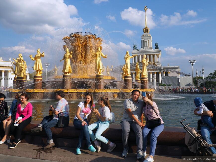 На сентябрьский день города выдалась прекрасная погода, народ безмятежно сидел вокруг фонтана и постоянно селфился