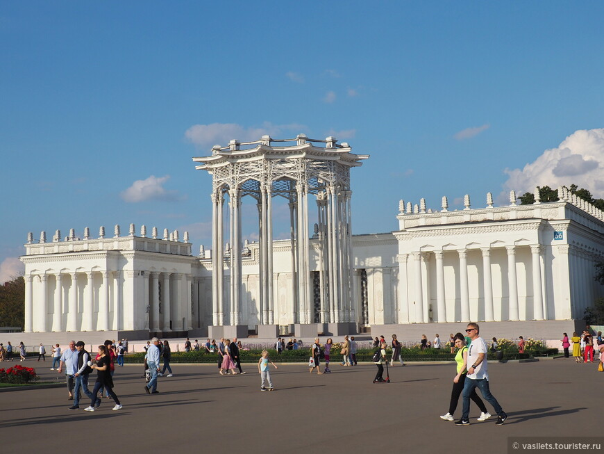 """Павильон 66 был построен к открытию ВСХВ в 1954 году как республиканский павильон, олицетворяющий расцвет советской Средней Азии. После перехода ВДНХ в 60-е годы на отраслевой принцип экспозиции, павильон стал """"Советской культурой"""" а после 91-го года просто """"Культурой""""."""