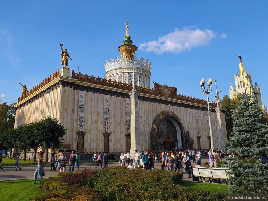 Первый павильон Украинской ССР располагался на месте существующего и был построен в 1937 году. Он был деревянным, и в 1947 году был разобран. Нынешний павильон был построен в 1950—1954 годах. Проект курировал лично Никита Хрущёв. Павильон стал крупнейшим из республиканских павильонов всей выставки, высота основного объёма здания  с куполом — 26 м Фасад облицован керамическими блоками, цоколь — серым полированным гранитом. Фасад и его карниз украшены керамической лепниной с изображением золотых колосьев, символизирующих хлебное богатство республики. Входная арка обрамлена майоликовым венком с растительными узорами. Арку украшает витраж с изображением Переяславской рады, 300-летие которой отмечалось в год постройки павильона. По центру фасад завершает барельеф с изображением герба Украинской ССР. Над павильоном надстроена башенка, декорированная растительным орнаментом и увенчанная шпилем со звездой. По четырём углам карниза установлены скульптуры девушек, держащих лавровые венки в вытянутых руках, а у входа в павильон — две скульптурные группы — «Стахановцы промышленности» и «Стахановцы сельского хозяйства». По бокам от входа стоят две колонны-флагштока с цифрами «1654» и «1954», также посвящёнными 300-летию Переяславской рады.
