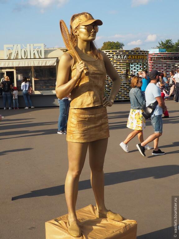 В былые времена в тренде была девушка с веслом, нынче другие времена и в моде девуки с теннисной ракеткой