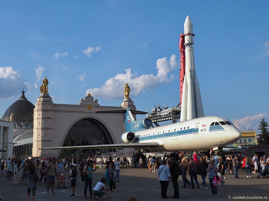 """Мой любимый павильон Космос. Перед ним Як-42 и ракетоноситель Восток. Раньше еще стоял ТУ-154, но в лихие 90гг """"эффективные менеджеры"""" его зверски разорвали на куски, причем, прямо здесь - на площади((("""