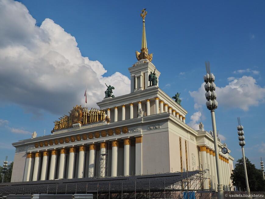 Монументальный главный павильон со стороны площади фонтана Дружба народов  немного похож на Адмиралтейство