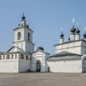 Весь XVI в. он служил пограничной крепостью, защищавший от татарских набегов. Существующий архитектурный ансамбль включает памятники XVI-XIX вв.