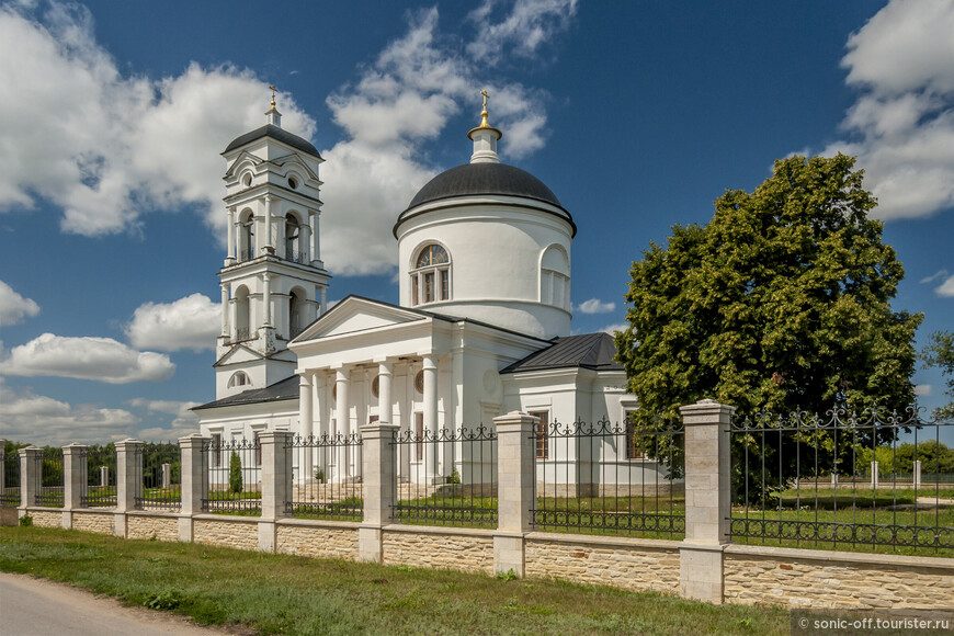 Храм Архангела Михаила построен в 1812 году, является памятником истории и культуры XIX века и входит в комплекс старинной усадьбы Скорняково-Архангельское.