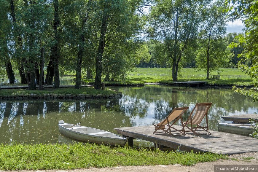 Сейчас гостям усадьбы предлагается поудить рыбу или поплавать на лодке в тени ив.