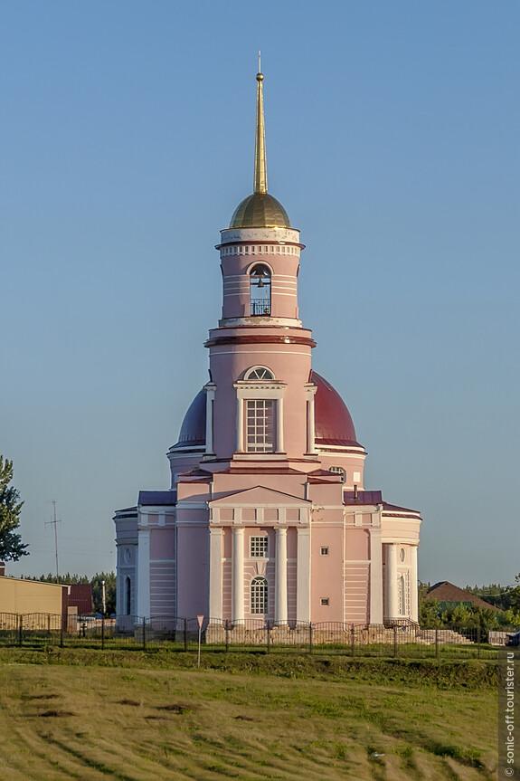 Зимний храм-колокольня в честь первого епископа Воронежского Митрофана построен в 1833 году сыновьями полковника Ивана Кожина.