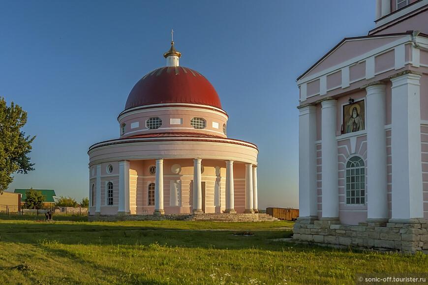 Летний храм-ротонда в честь священномученика Автонома, епископа Италийского построен в 1822-23 гг. на средства здешнего помещика – полковника Ивана Артамоновича Кожина.