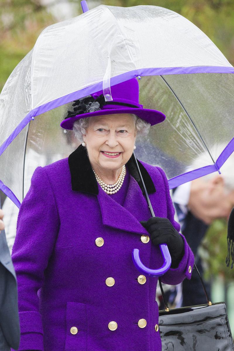 наряды королевы елизаветы фото поверхность стола