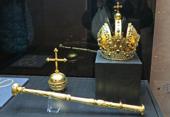 Копии королевских регалий в Старом королевском дворце