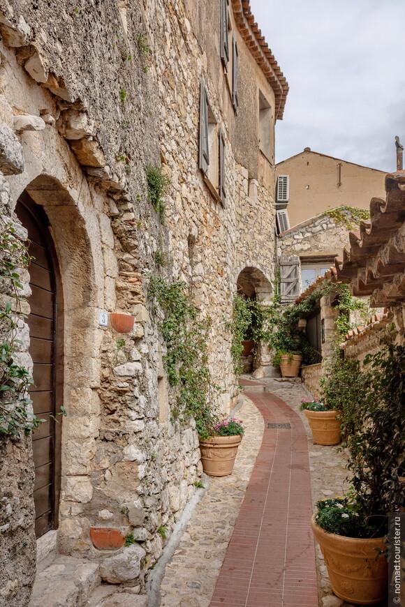 Итак, Эз. Маленький средневековый каменный городишко был построен в достаточно затертые средневековые года, а вообще люди живут на этом месте уже 4000 лет! И как только они сюда добирались, когда не ходили автобусы!