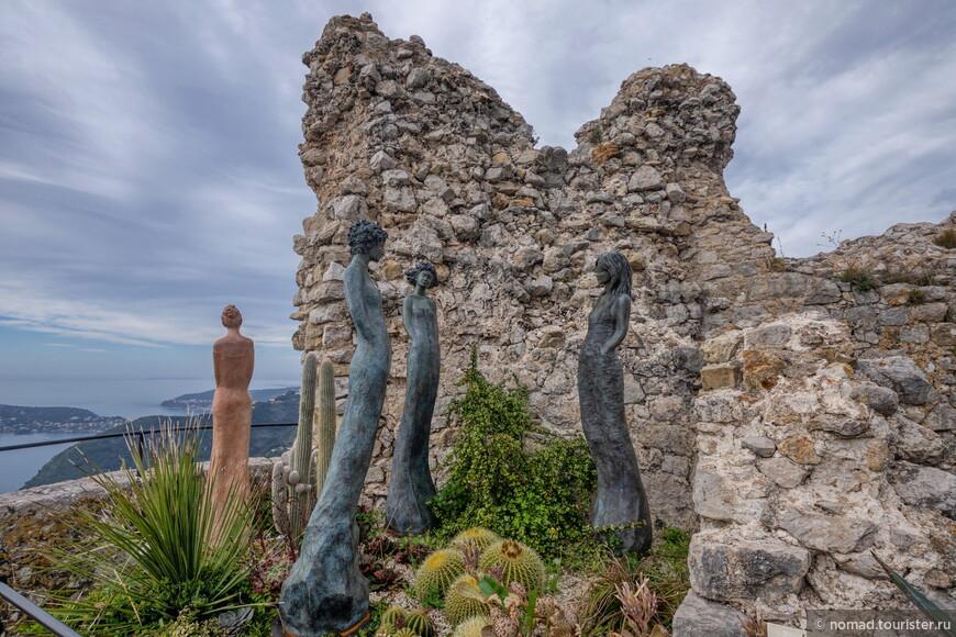 На самом верху находятся развалины какой-то совсем древней церкви, и стоят прикольные женские скульптуры, которые, кстати, разбросаны по всему саду...