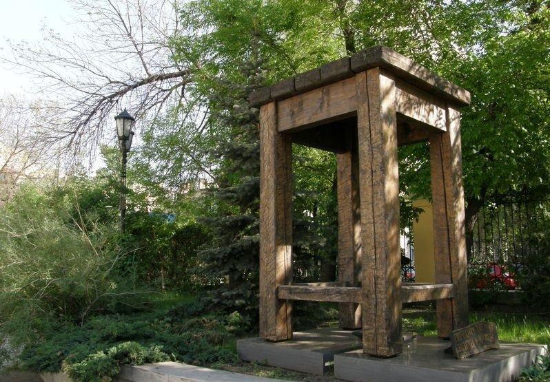 Памятник поэтической табуретке фото
