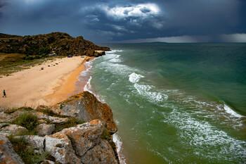 Туристы в Крыму агрессивно реагируют на запрет купаться в шторм