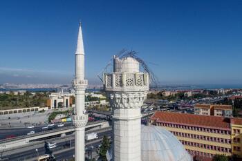 В Стамбуле из-за землетрясения пострадали люди и обрушился минарет мечети