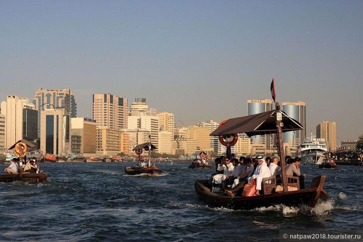 Традиционное водное такси- арабская лодка абра.