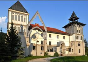 У Будапештского и Католического университета общая история. В 1635 году кардинал Питер Пазмань подписал указ об основании в городе Надьсомбат (теперь это город Трнава в Словакии) университета с двумя факультетами: свободных искусств и теологии. В 1777 году университет был переведен в Буду, а в 1784 году - в Пешт.