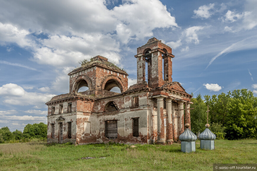 Церковь Богоявления Господня в Пекшево построена в 1826 году на средства купчихи Александры Нечаевой.