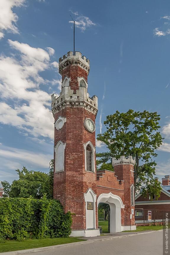 Часы-куранты от фирмы «Винтер» до наших дней не сохранились, а вместо них сейчас можно увидеть обыкновенные большие круглые часы