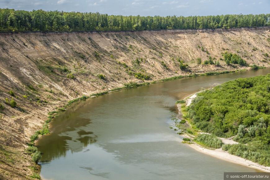 Берег – песчаный, высокий и крутой, заросший до самого края обрыва густым лесом. Угол откоса берега – 70-80 градусов.
