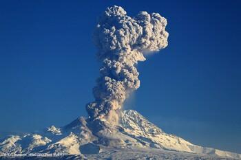 Вулкан Шивелуч выбросил столб пепла на высоту 10 км