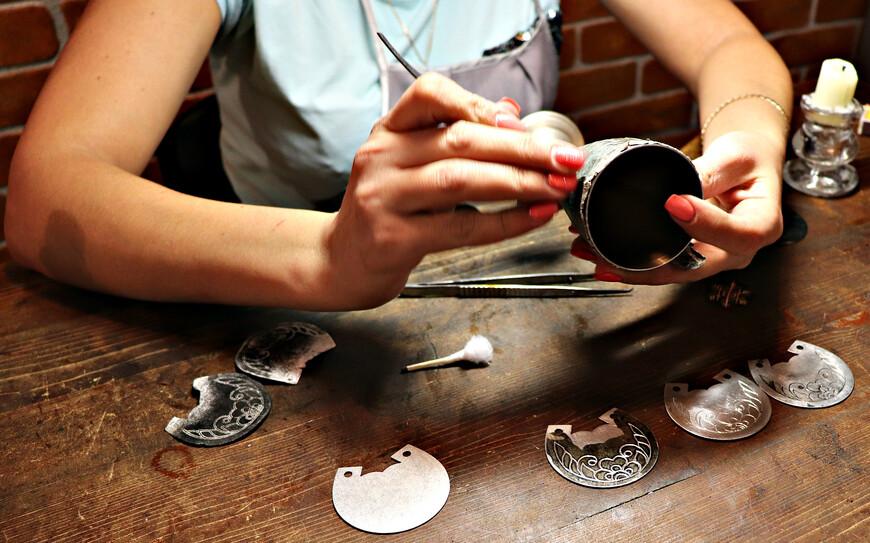 Узор с образца отпечатывается на копирки по тому же принципу, как мы получаем оттиск монеты на листе бумаге, штрихуя ее карандашом.
